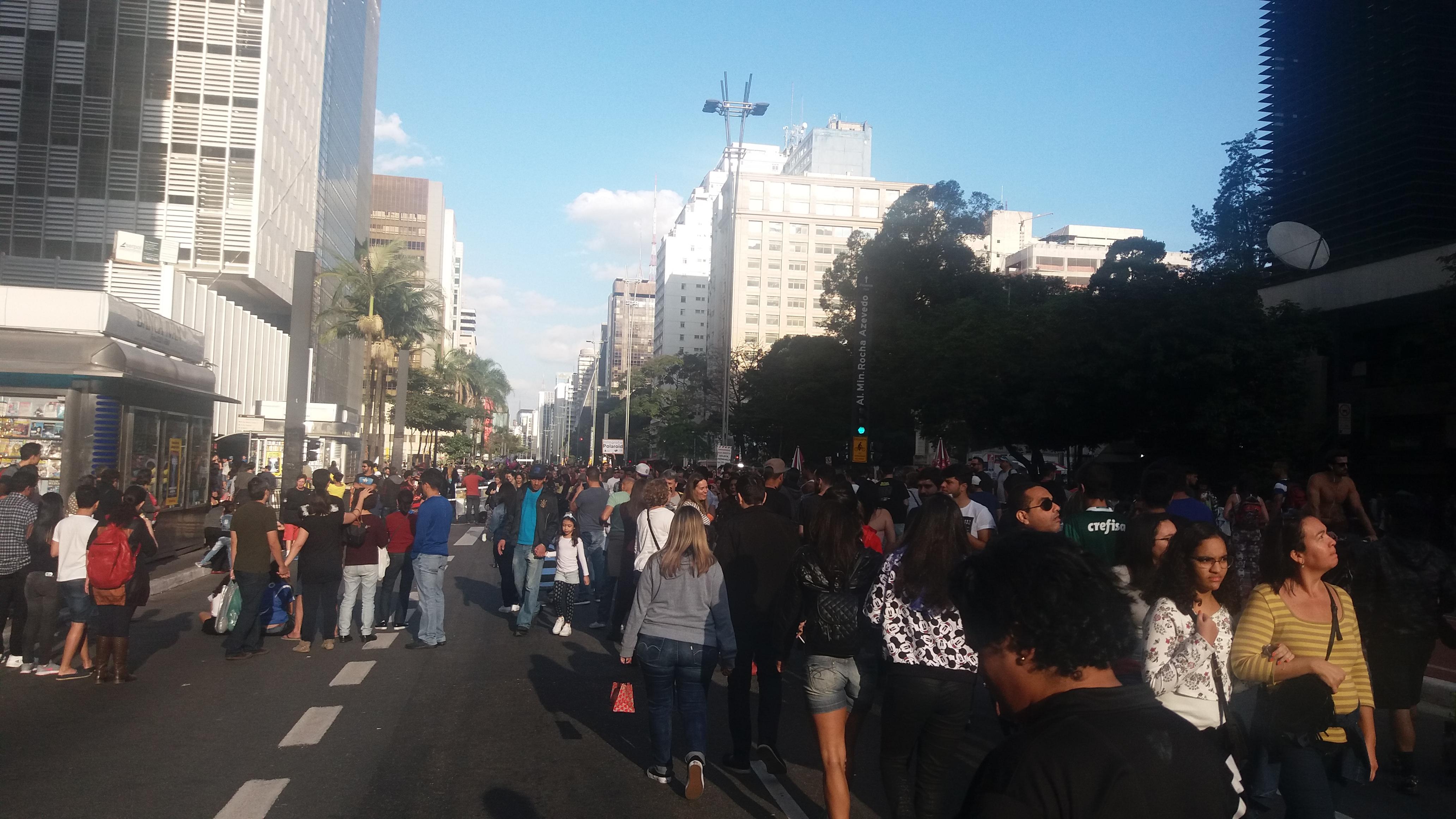 Pessoas passeando na Avenida Paulista.