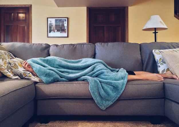 Pessoa dormindo no sofá.
